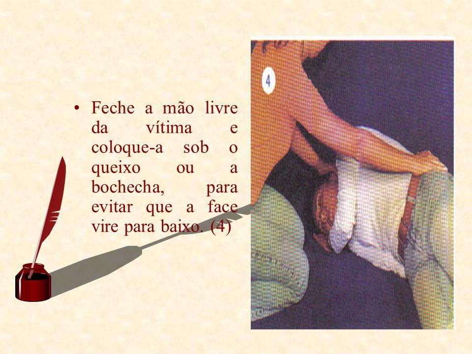 Feche a mão livre da vítima e coloque-a sob o queixo ou a bochecha, para evitar que a face vire para baixo.