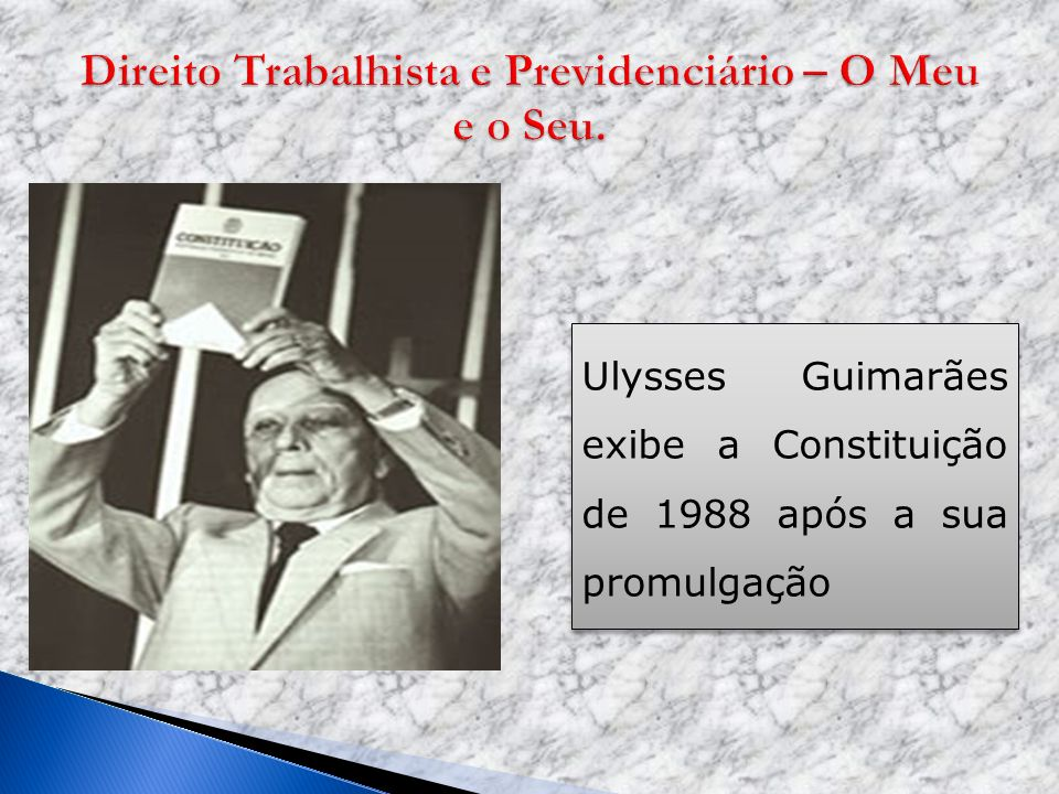 Ulysses Guimarães exibe a Constituição de 1988 após a sua promulgação