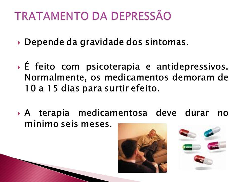 Depende da gravidade dos sintomas. É feito com psicoterapia e antidepressivos.