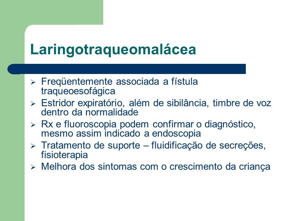 Laringotraqueomalácea Freqüentemente associada a fístula traqueoesofágica Estridor expiratório, além de sibilância, timbre de voz dentro da normalidad