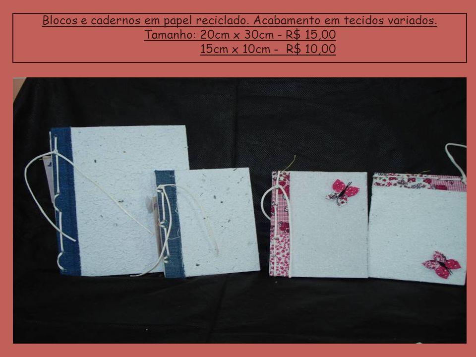 Blocos e cadernos em papel reciclado. Acabamento em tecidos variados. Tamanho: 20cm x 30cm - R$ 15,00 15cm x 10cm - R$ 10,00