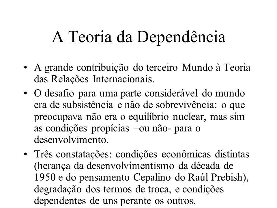 A Teoria da Dependência Mas esta dependência tem uma natureza complexa e estrutural: estrutural porque põe lado a lado Centro e Periferia em uma relação que reproduz esta dinâmica de maneira pré-determinada e permanente.