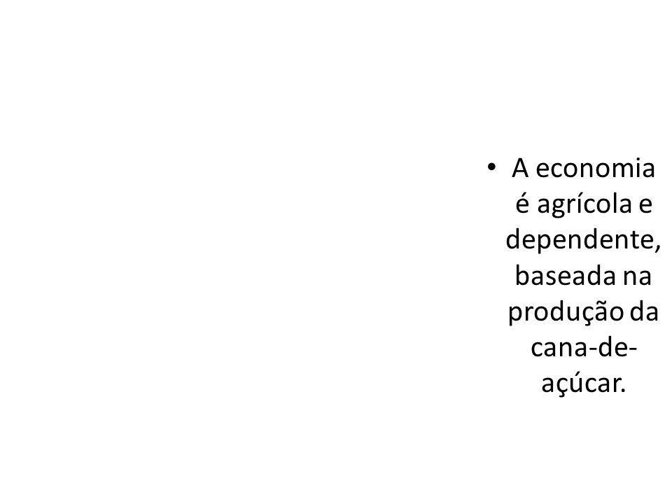 A economia é agrícola e dependente, baseada na produção da cana-de- açúcar.