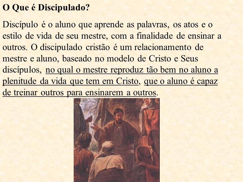 O Que é Discipulado? Discípulo é o aluno que aprende as palavras, os atos e o estilo de vida de seu mestre, com a finalidade de ensinar a outros. O di