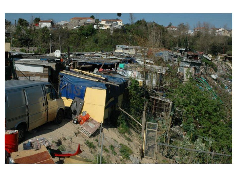 Ao princípio da noite, a Segurança Social distribui as 47 pessoas por 6 pensões na cidade do Porto.