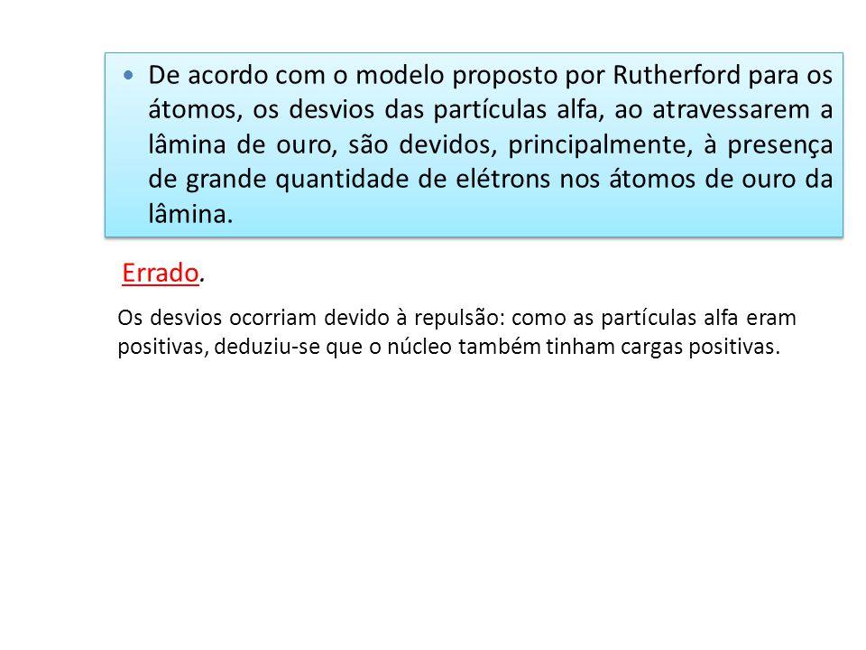 De acordo com o modelo proposto por Rutherford para os átomos, os desvios das partículas alfa, ao atravessarem a lâmina de ouro, são devidos, principa