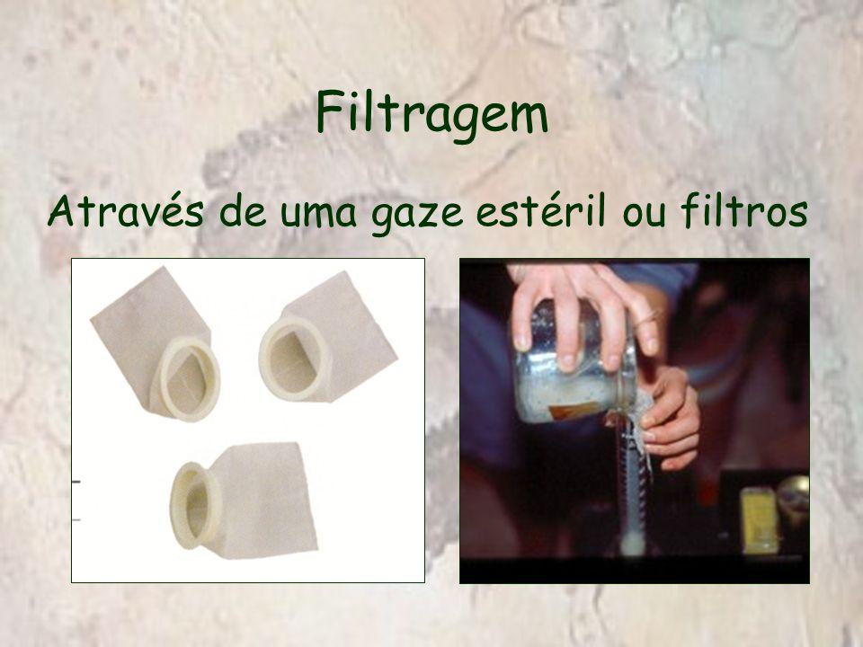 Filtragem Através de uma gaze estéril ou filtros