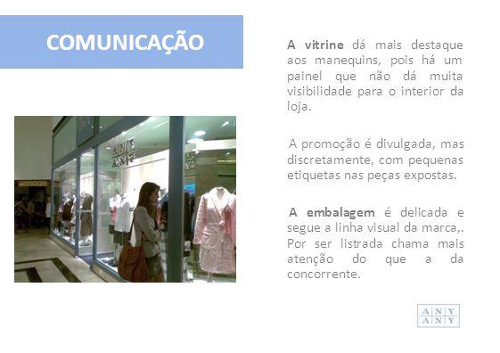 COMUNICAÇÃO A vitrine dá mais destaque aos manequins, pois há um painel que não dá muita visibilidade para o interior da loja. A promoção é divulgada,