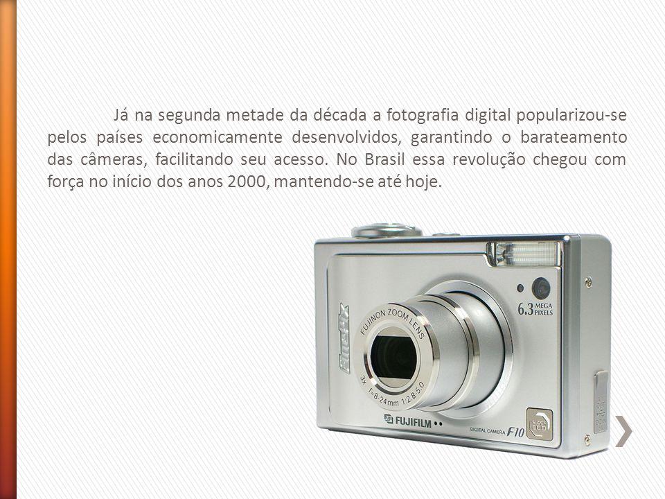 Já na segunda metade da década a fotografia digital popularizou-se pelos países economicamente desenvolvidos, garantindo o barateamento das câmeras, facilitando seu acesso.