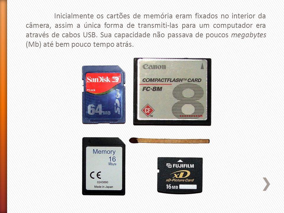 Inicialmente os cartões de memória eram fixados no interior da câmera, assim a única forma de transmiti-las para um computador era através de cabos USB.