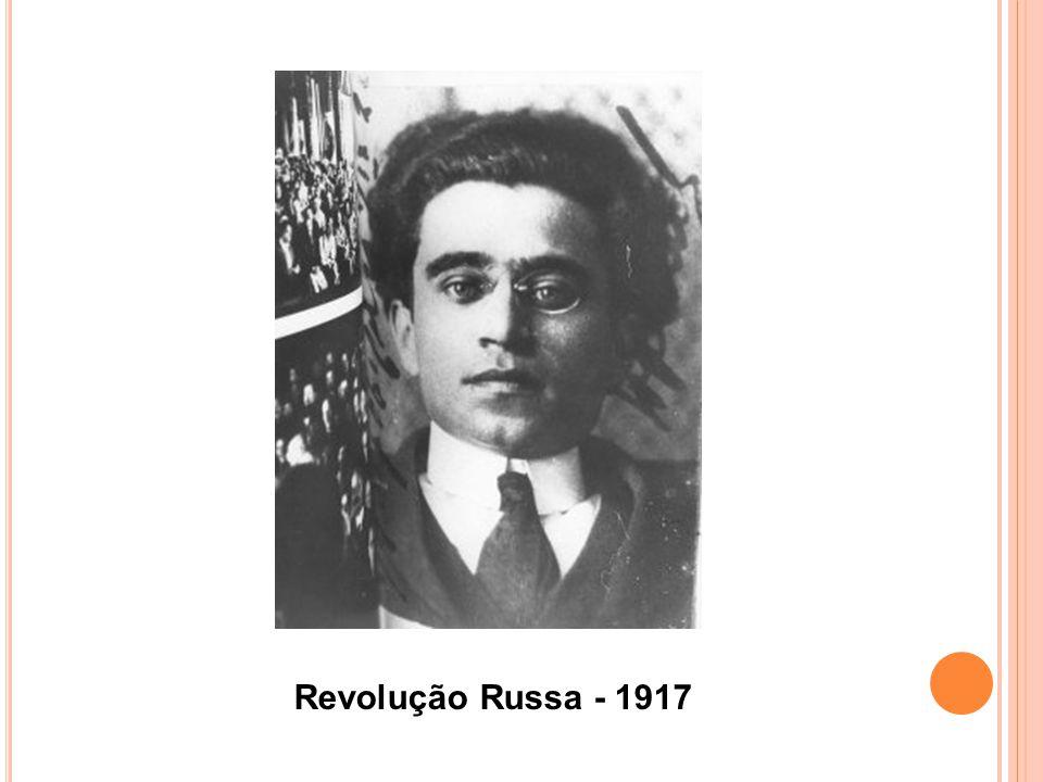 N ESTE PERÍODO, EM MAIO DE 1922, ANTES DO GOLPE DE E STADO FASCISTA, PARTIU PARA M OSCOU, ONDE FICOU ATÉ NOVEMBRO DE 1923 COMO REPRESENTANTE DO PARTIDO ITALIANO NO COMITÊ EXECUTIVO DA I NTERNACIONAL C OMUNISTA.