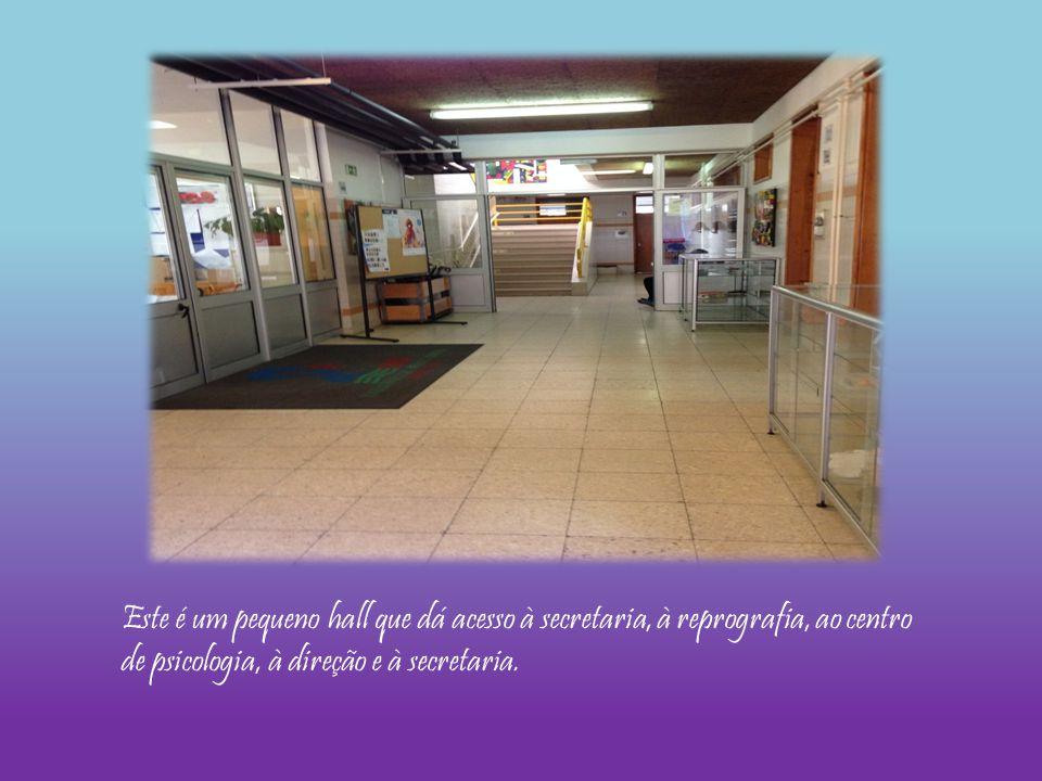 Este é um pequeno hall que dá acesso à secretaria, à reprografia, ao centro de psicologia, à direção e à secretaria.
