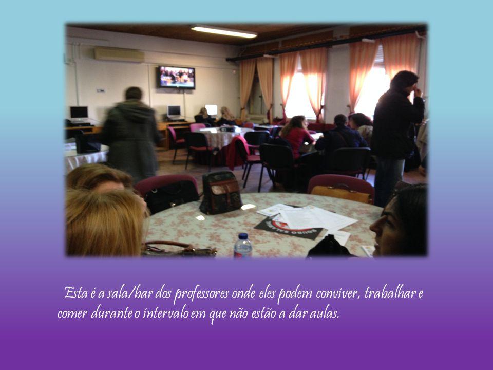 Esta é a sala/bar dos professores onde eles podem conviver, trabalhar e comer durante o intervalo em que não estão a dar aulas.
