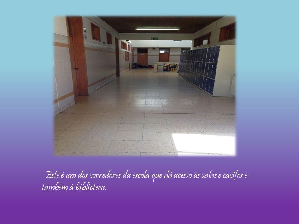 Este é um dos corredores da escola que dá acesso às salas e cacifos e também à biblioteca.