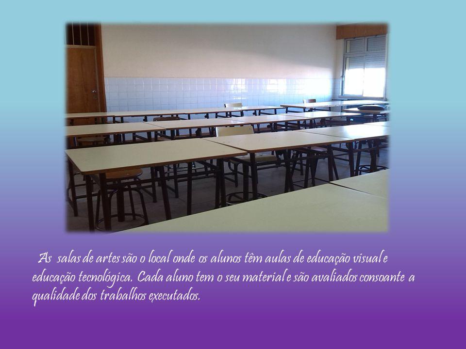 As salas de artes são o local onde os alunos têm aulas de educação visual e educação tecnológica. Cada aluno tem o seu material e são avaliados consoa