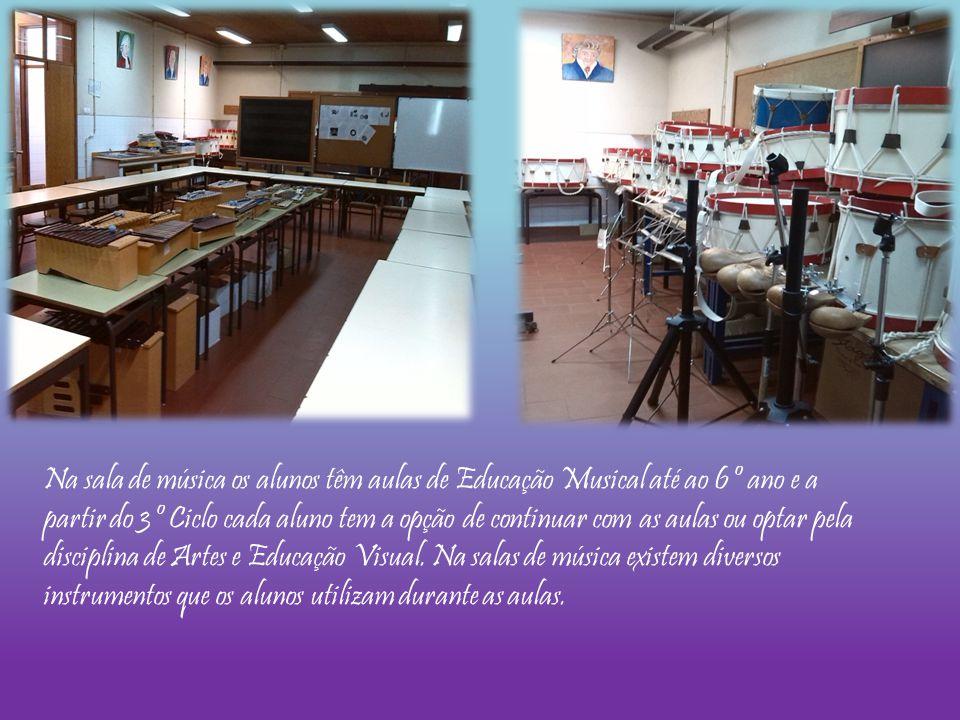 Na sala de música os alunos têm aulas de Educação Musical até ao 6º ano e a partir do 3º Ciclo cada aluno tem a opção de continuar com as aulas ou opt