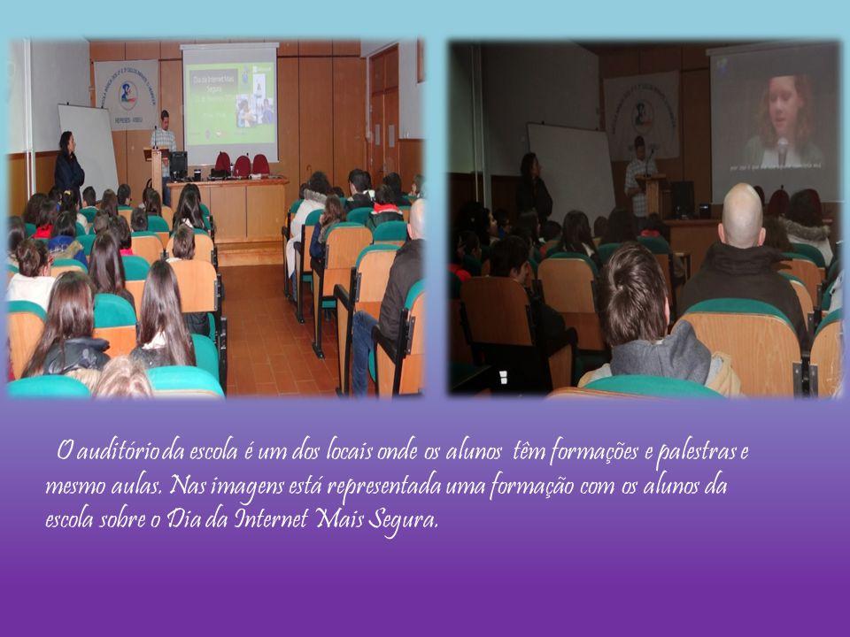O auditório da escola é um dos locais onde os alunos têm formações e palestras e mesmo aulas. Nas imagens está representada uma formação com os alunos