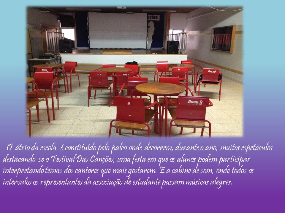 O átrio da escola é constituído pelo palco onde decorrem, durante o ano, muitos espetáculos destacando-se o Festival Das Canções, uma festa em que os