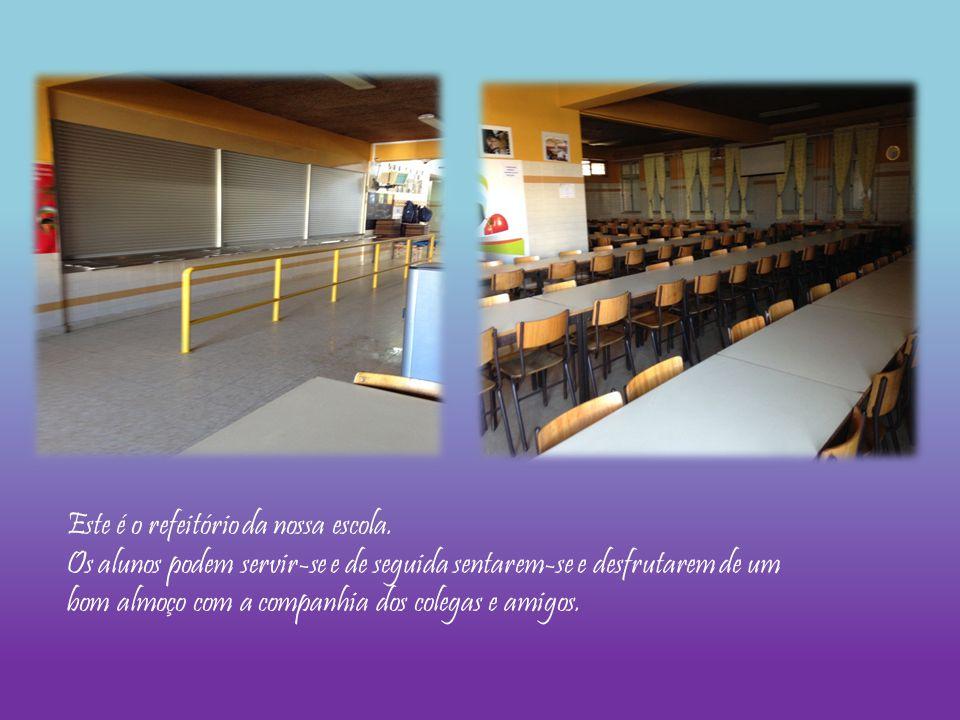 Este é o refeitório da nossa escola. Os alunos podem servir-se e de seguida sentarem-se e desfrutarem de um bom almoço com a companhia dos colegas e a