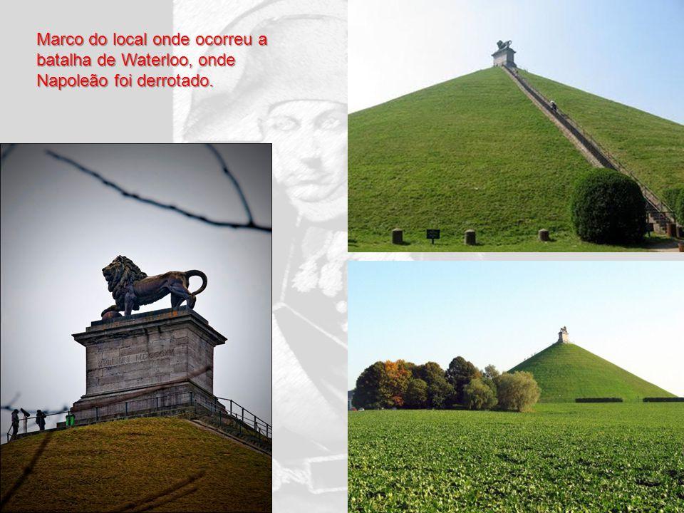 Marco do local onde ocorreu a batalha de Waterloo, onde Napoleão foi derrotado.