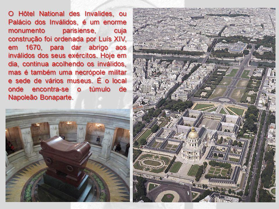 O Hôtel National des Invalides, ou Palácio dos Inválidos, é um enorme monumento parisiense, cuja construção foi ordenada por Luís XIV, em 1670, para d