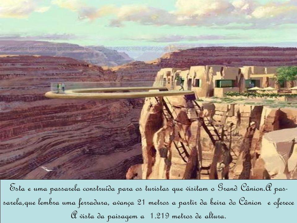 Esta e uma passarela construída para os turistas que visitam o Grand Cânion.A pas- sarela,que lembra uma ferradura, avança 21 metros a partir da beira