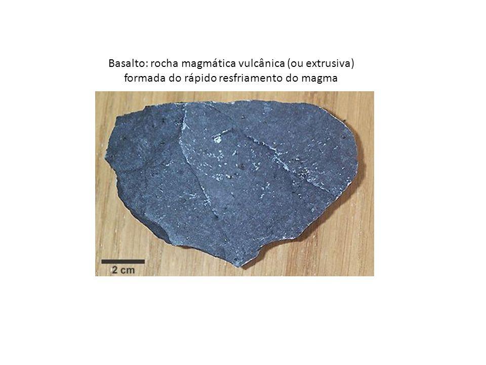 Basalto: rocha magmática vulcânica (ou extrusiva) formada do rápido resfriamento do magma