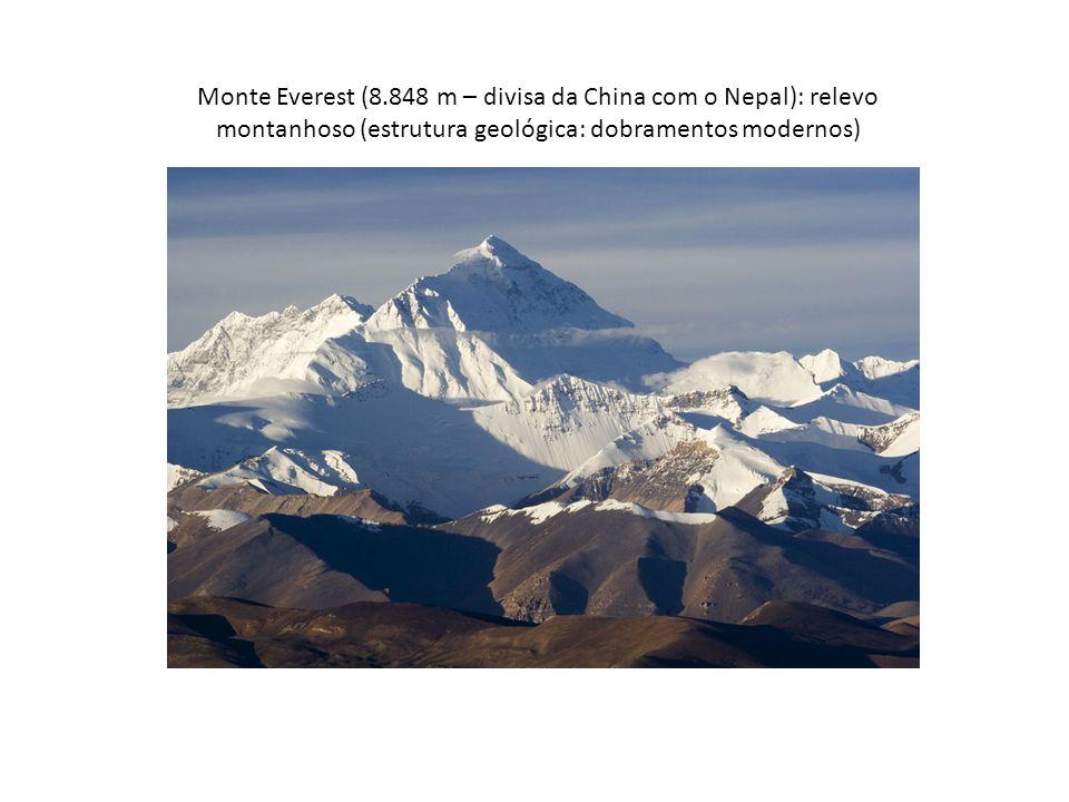 Monte Everest (8.848 m – divisa da China com o Nepal): relevo montanhoso (estrutura geológica: dobramentos modernos)