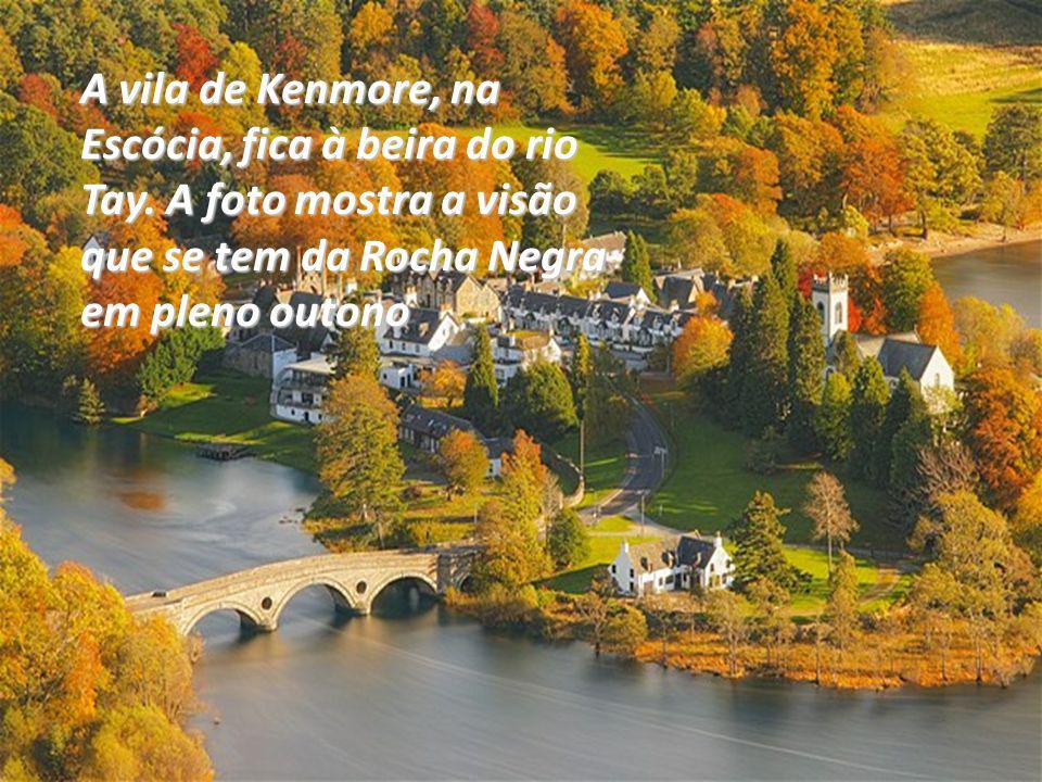 A vila de Kenmore, na Escócia, fica à beira do rio Tay.
