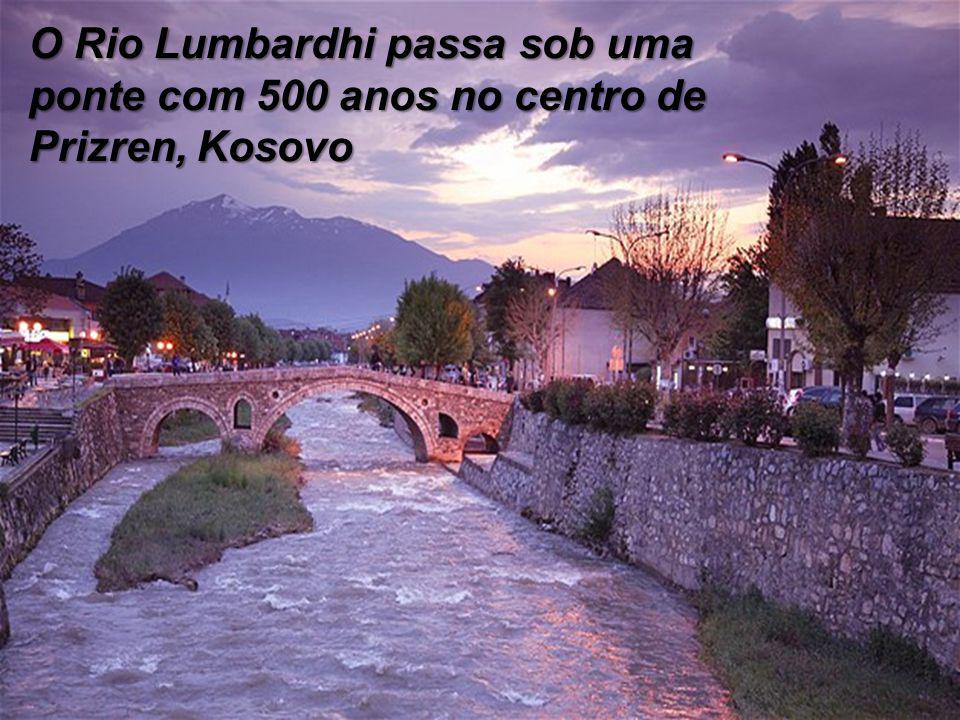 O Rio Lumbardhi passa sob uma ponte com 500 anos no centro de Prizren, Kosovo