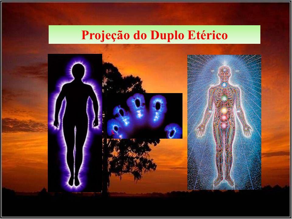 O duplo etérico é um corpo fluídico, que se apresenta como uma duplicata energética do indivíduo, interpenetrando o seu corpo físico, ao mesmo tempo em que parece dele emergir.