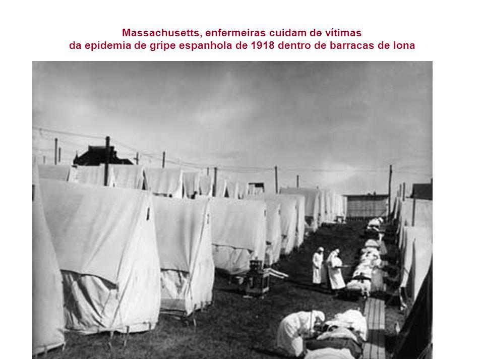 Massachusetts, enfermeiras cuidam de vítimas da epidemia de gripe espanhola de 1918 dentro de barracas de lona