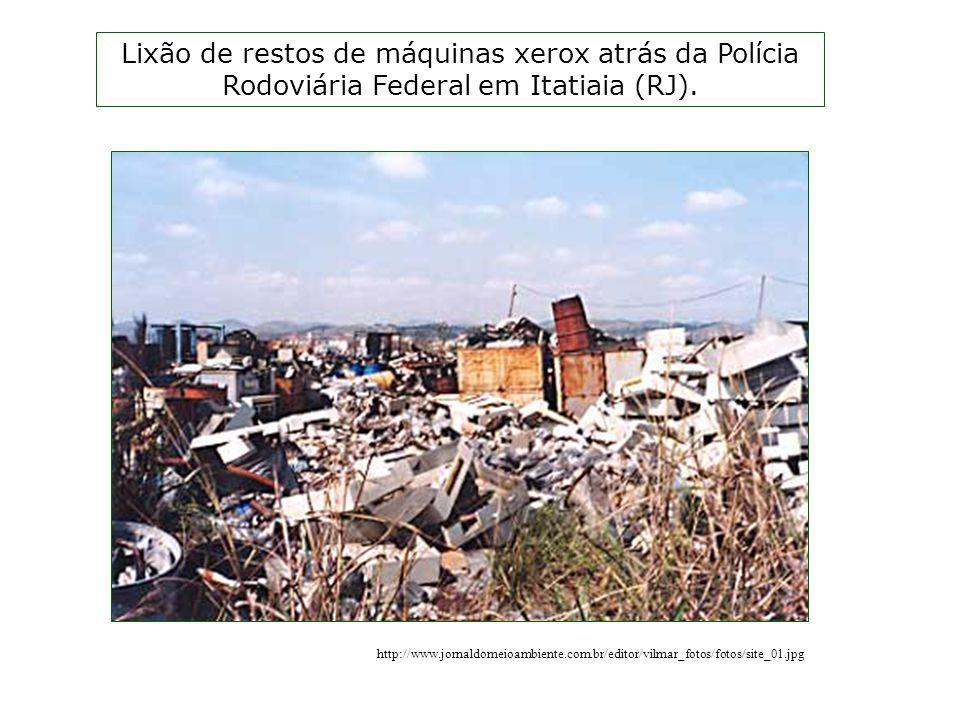 Lixão de restos de máquinas xerox atrás da Polícia Rodoviária Federal em Itatiaia (RJ).
