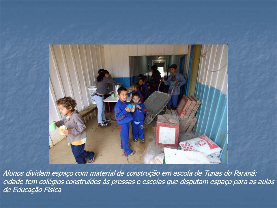 Alunos dividem espaço com material de construção em escola de Tunas do Paraná: cidade tem colégios construídos às pressas e escolas que disputam espaç