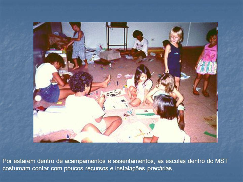 Por estarem dentro de acampamentos e assentamentos, as escolas dentro do MST costumam contar com poucos recursos e instalações precárias.