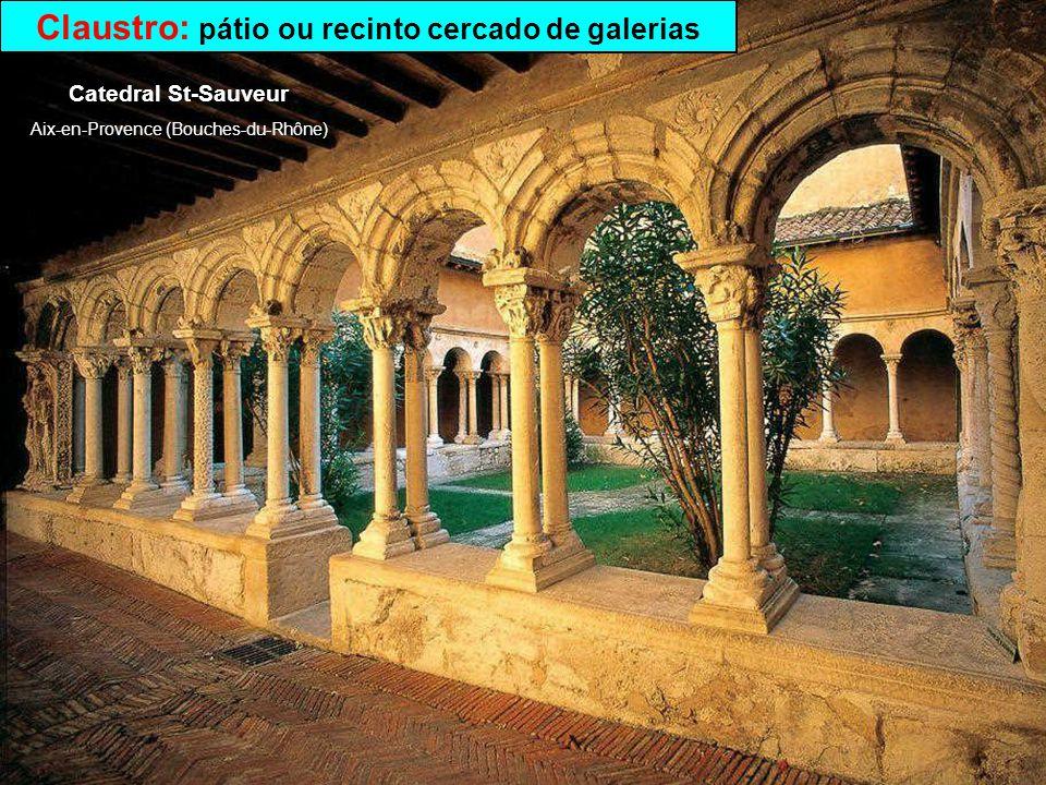 Abadia: mosteiro ou convento sob a direcção de um abade Abbaye St-Martin du Canigou à Casteil (Pyrénées-Orientales)