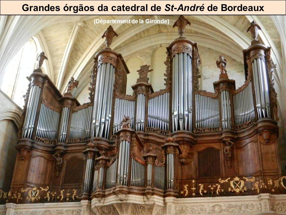 Muitas igrejas possuem grandes órgãos Eglise de Poligny (Jura)