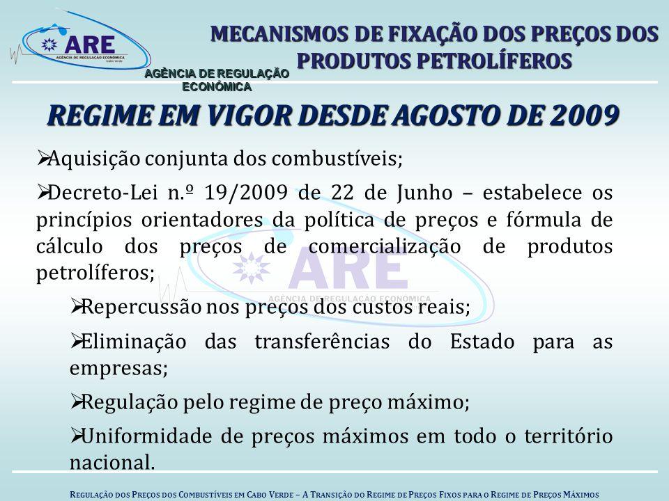 R EGULAÇÃO DOS P REÇOS DOS C OMBUSTÍVEIS EM C ABO V ERDE – A T RANSIÇÃO DO R EGIME DE P REÇOS F IXOS PARA O R EGIME DE P REÇOS M ÁXIMOS AGÊNCIA DE REGULAÇÃO ECONÓMICA REGIME EM VIGOR DESDE AGOSTO DE 2009 MECANISMOS DE FIXAÇÃO DOS PREÇOS DOS PRODUTOS PETROLÍFEROS  Aquisição conjunta dos combustíveis;  Decreto-Lei n.º 19/2009 de 22 de Junho – estabelece os princípios orientadores da política de preços e fórmula de cálculo dos preços de comercialização de produtos petrolíferos;  Repercussão nos preços dos custos reais;  Eliminação das transferências do Estado para as empresas;  Regulação pelo regime de preço máximo;  Uniformidade de preços máximos em todo o território nacional.