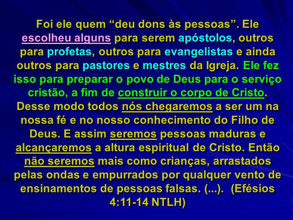 """Foi ele quem """"deu dons às pessoas"""". Ele escolheu alguns para serem apóstolos, outros para profetas, outros para evangelistas e ainda outros para pasto"""