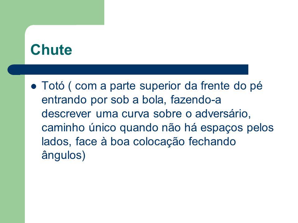 Chute Totó ( com a parte superior da frente do pé entrando por sob a bola, fazendo-a descrever uma curva sobre o adversário, caminho único quando não
