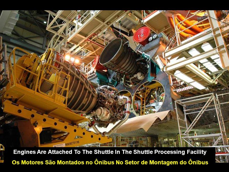 Engines Are Attached To The Shuttle In The Shuttle Processing Facility Os Motores São Montados no Ônibus No Setor de Montagem do Ônibus
