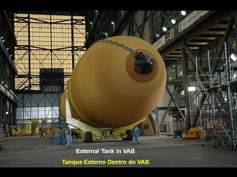 Preparing to Lift the Tank to Vertical Preparando Para Colocar o Tanque na Vertical