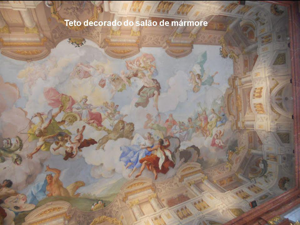 Teto decorado do salão de mármore