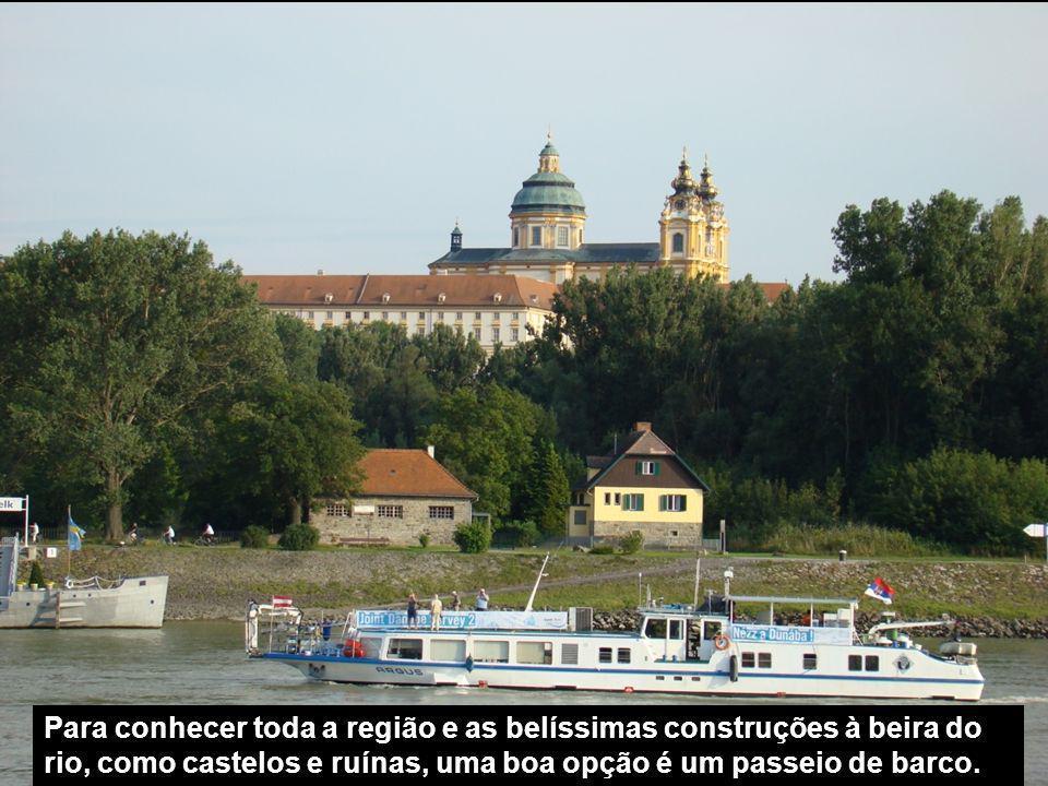 Melk fica a 77 km de Viena e pode ser alcançada por trem em 1hora e 15 minutos, ou de barco pelo Danúbio.