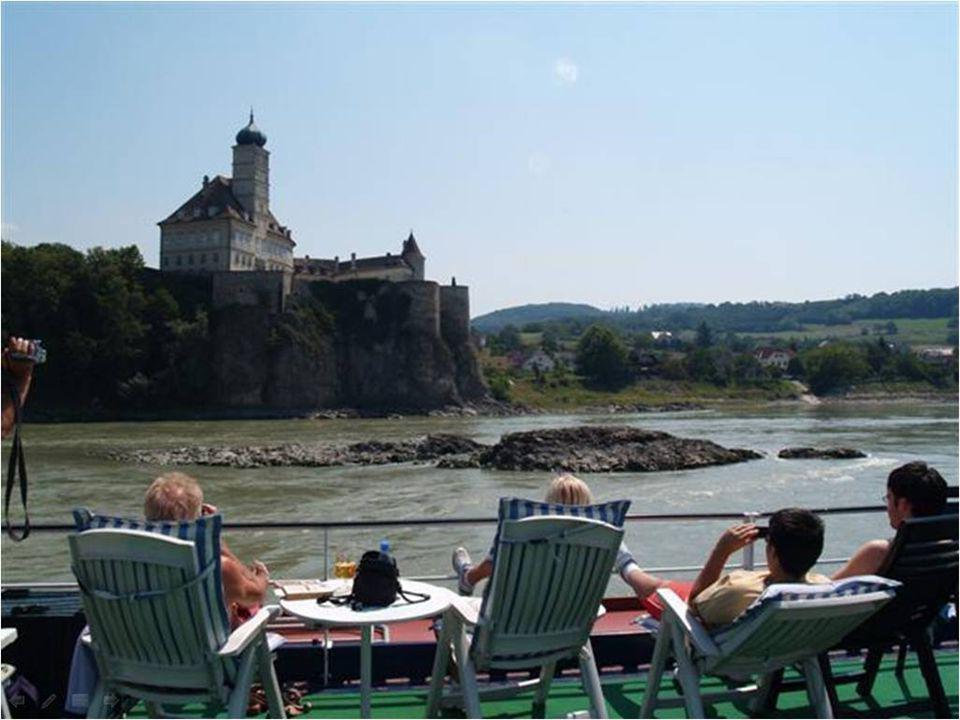 Para conhecer toda a região e as belíssimas construções à beira do rio, como castelos e ruínas, uma boa opção é um passeio de barco.