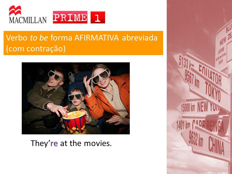 Verbo to be forma AFIRMATIVA abreviada (com contração) re They're at the movies.