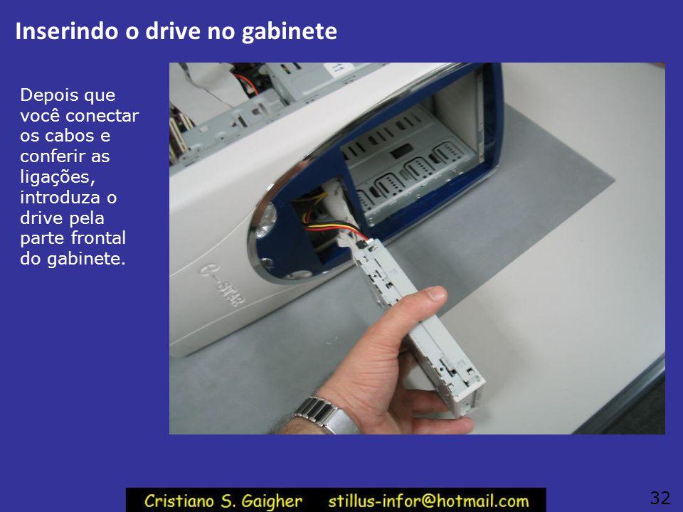Conectar a fonte e o cabo flat Conecte então o cabo flat e o cabo de alimentação no drive de disquetes. Observe os detalhes nas figuras. Observe na fi