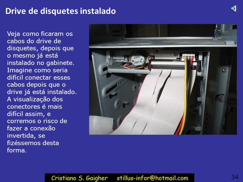 """Aparafuse o drive de disquetes Aparafuse o drive de disquetes no gabinete. Use parafusos dos dois lados do drive. Deve ser usado o parafuso mais """"magr"""