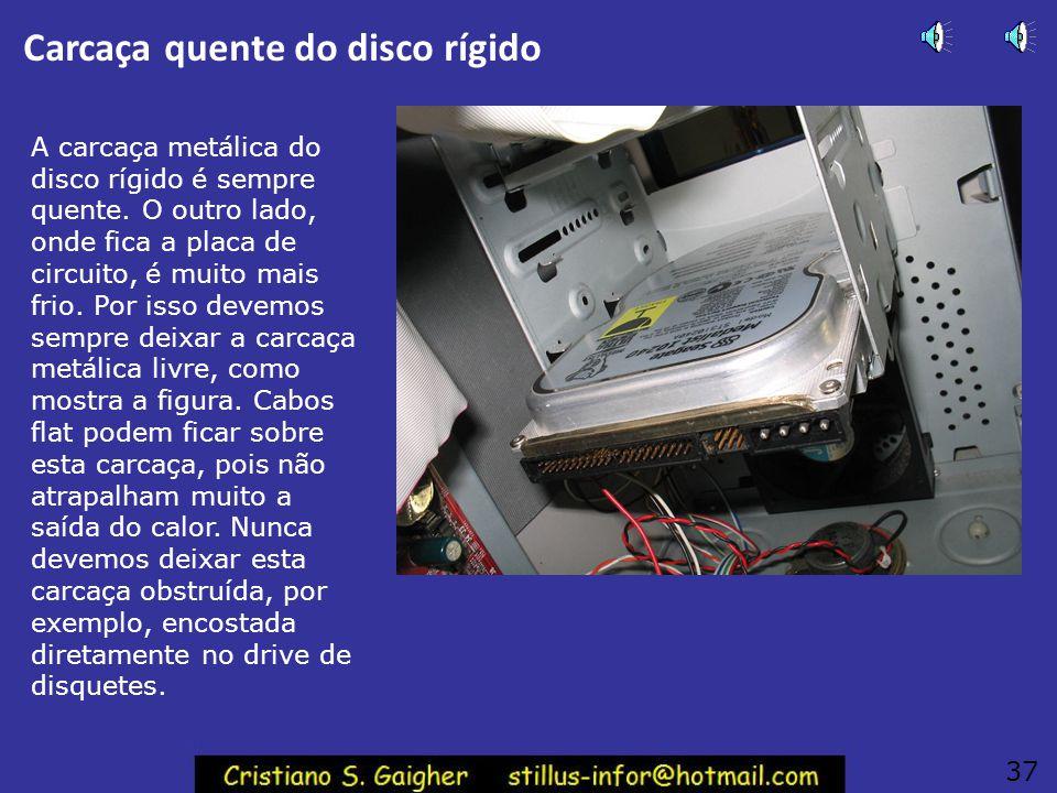 Instalando o disco rígido O disco rígido é introduzido pela parte interna do gabinete. Devemos usar dois parafusos de cada lado para a sua fixação. O