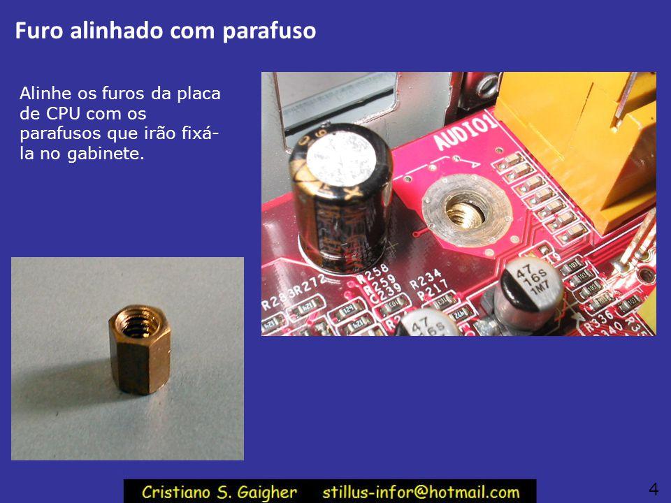 Conectores traseiros Os conectores da parte traseira da placa mãe ATX devem encaixar na moldura ATX, já instalada na parte traseira do gabinete. 3